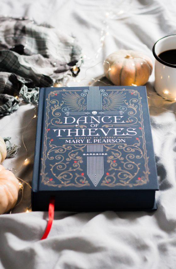 Resenha de livro Dance of thieves darkside books