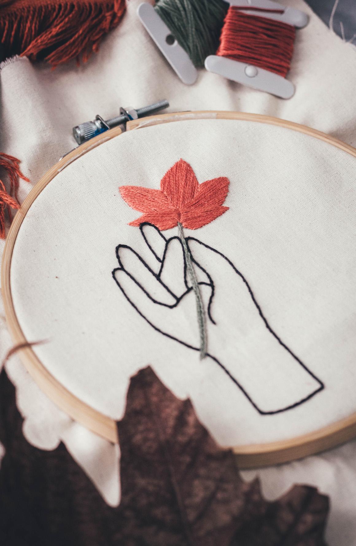 Bordado livre criativo: Bordar mão segurando flor