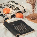 Foto de um livro aleatório em um cenário de halloween :)